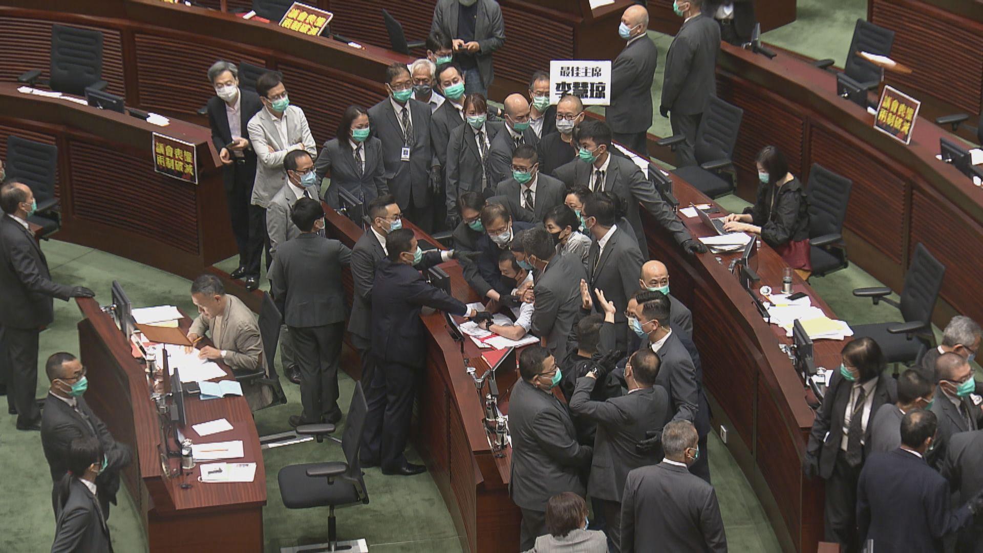 立法會審國歌法 三名民主派議員被逐