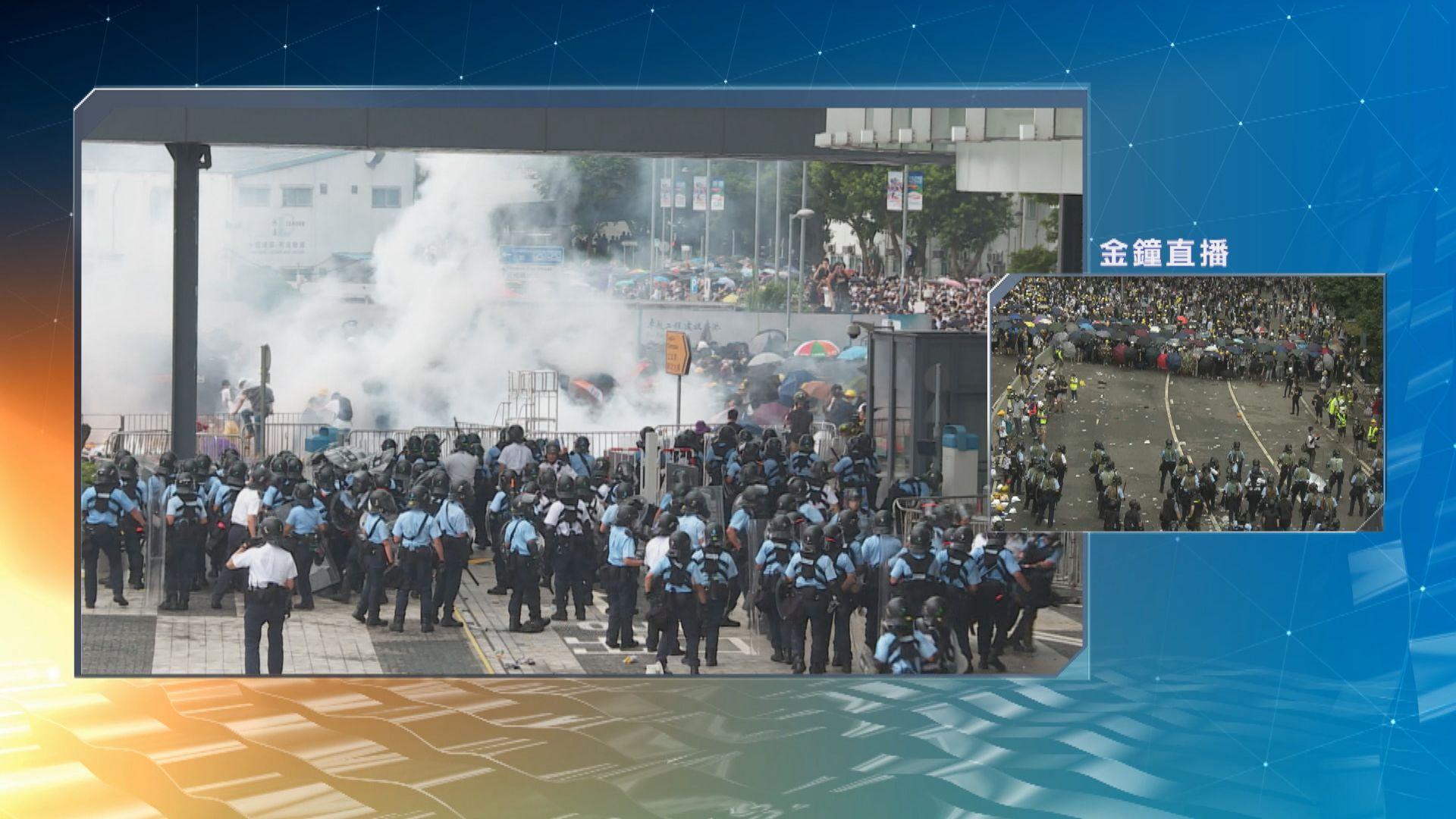 警員立會大樓內戒備 示威者和警員均有受傷