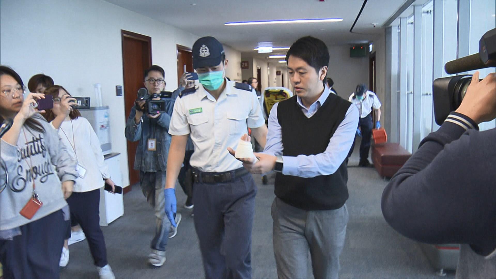 許智峯被抬離場 與保安一同送院
