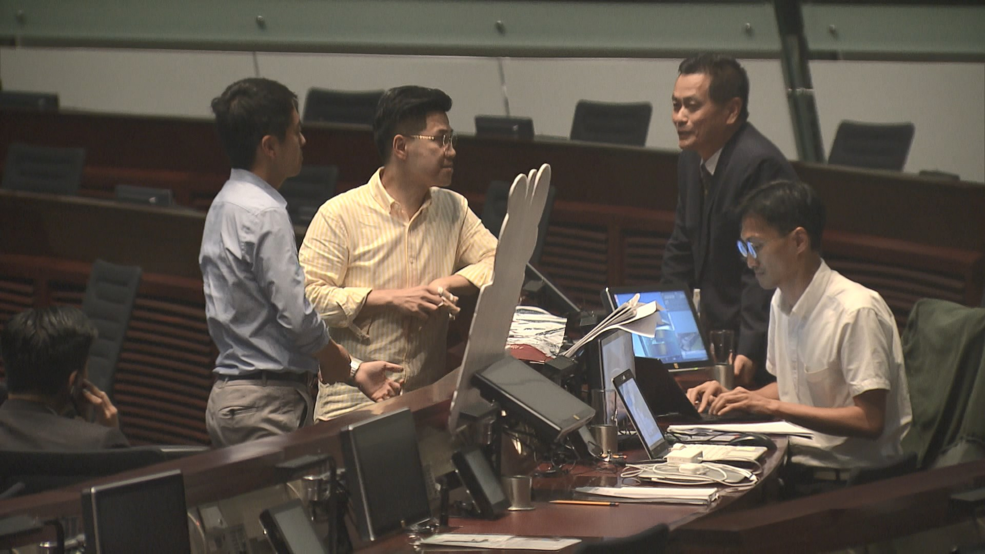 五民主派議員拒離會議廳 或留至下周三大會