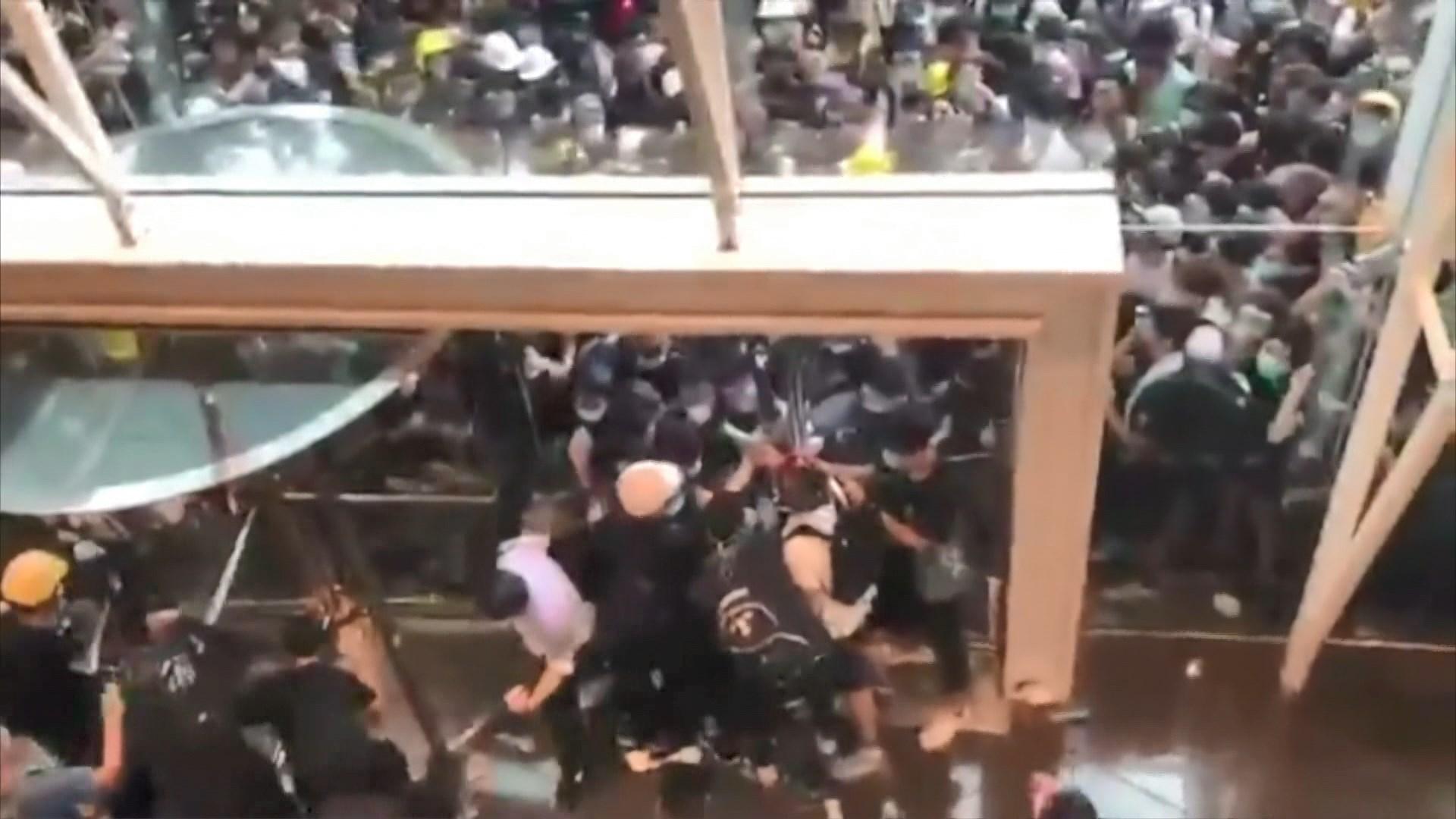 警方中信外驅散人群手法遭批評險釀慘劇