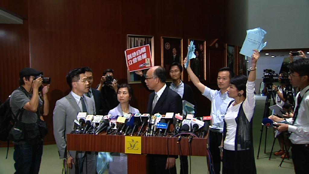 陳帆會見記者時遇議員示威
