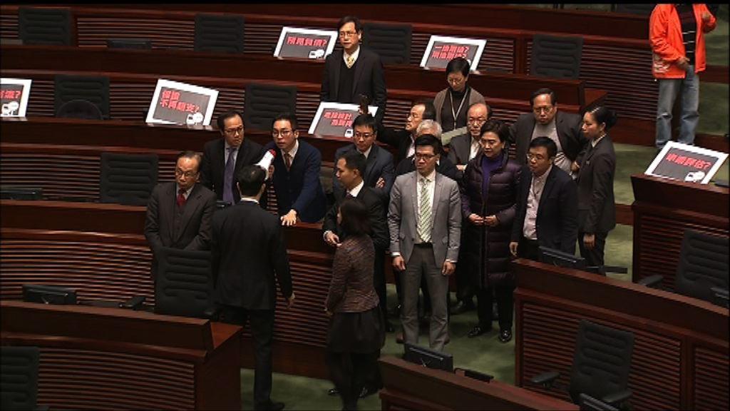 泛民不滿陳鑑林終止議員發問