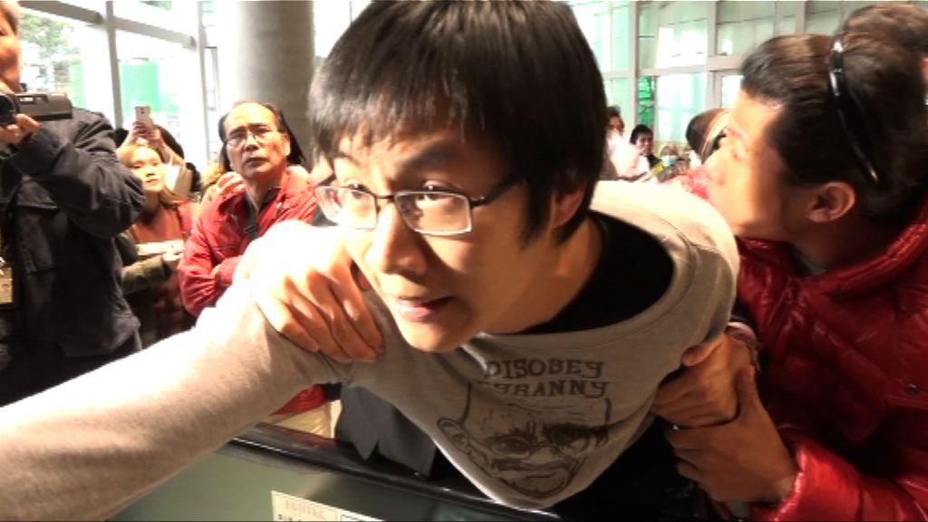 反高鐵示威者闖入立法會大樓