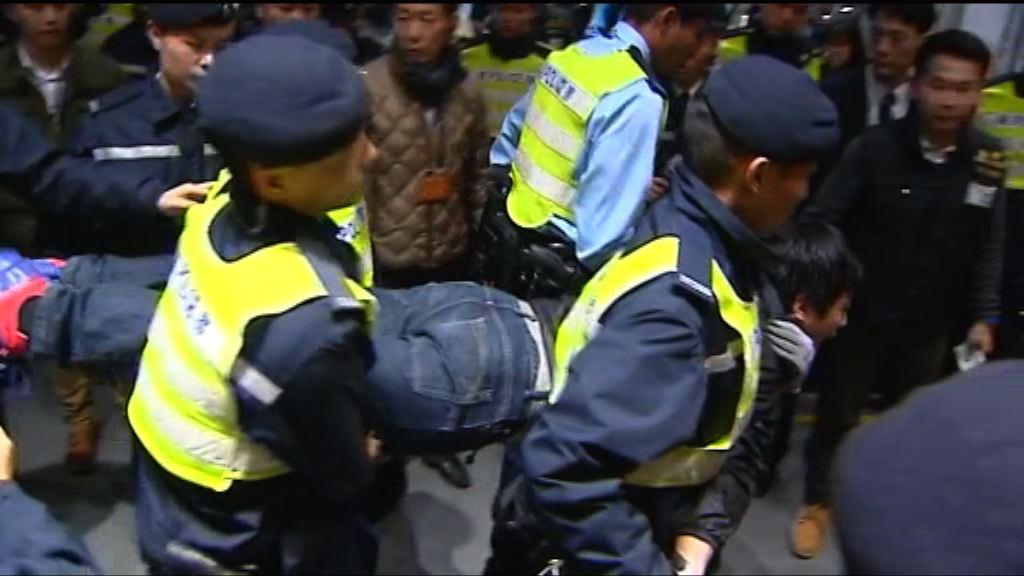 警方清場 抬走立法會大樓示威者