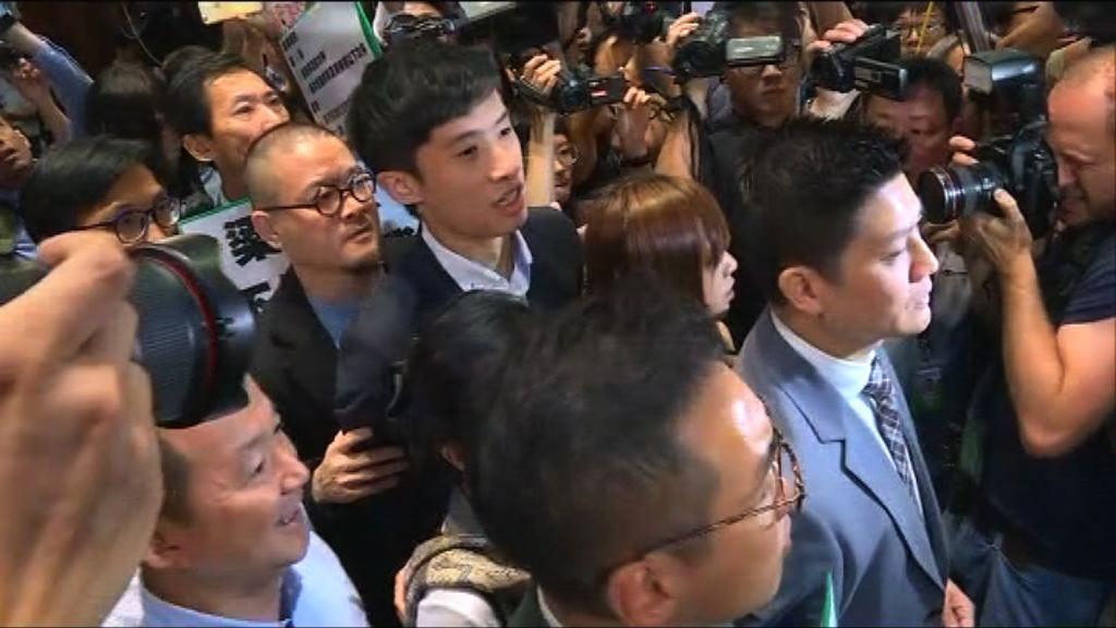 梁頌恆游蕙禎於民主派護送下進入會議廳