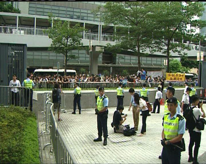 數十名反東北示威者抵公民廣場