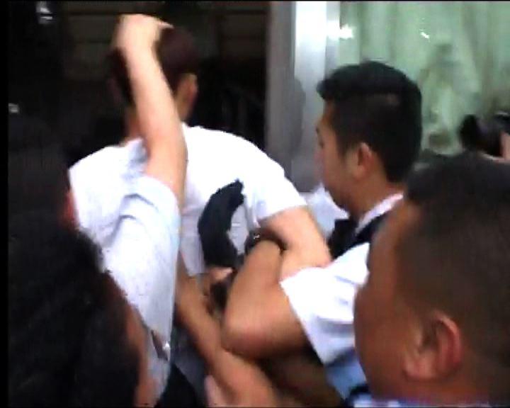 反對及支持撥款示威者集會警最少拘4人