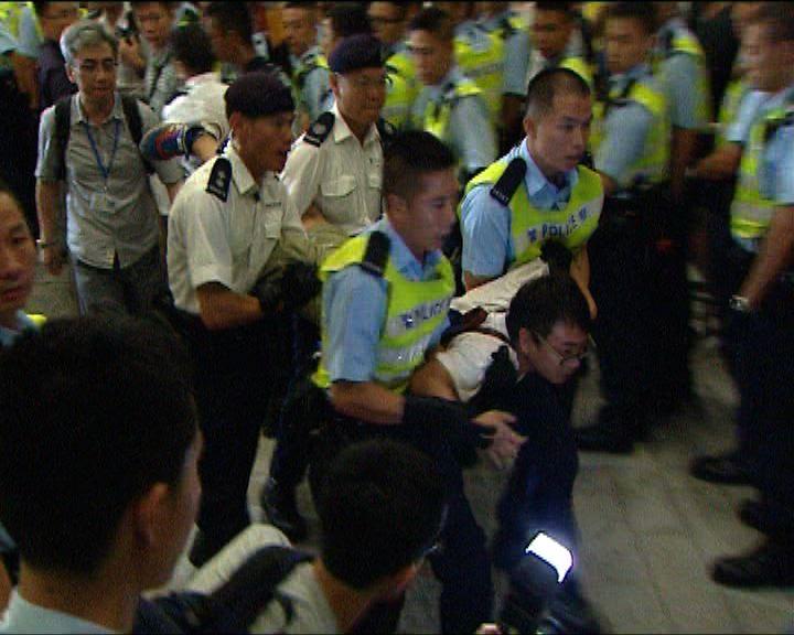 警方凌晨清場 抬走190人拘13人