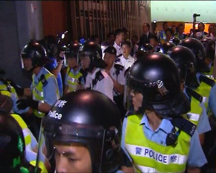 防暴裝備警員驅散示威者
