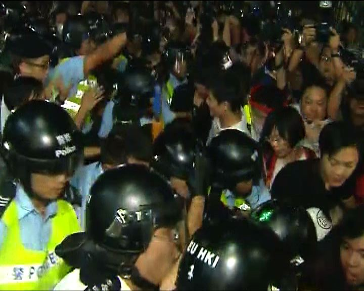 警察試圖清場有示威者靜坐拒離開