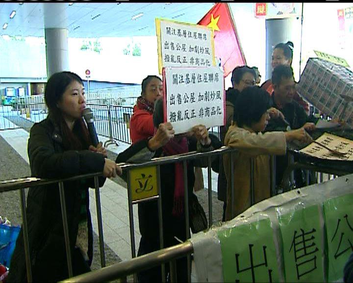 數十名示威者到立法會請願