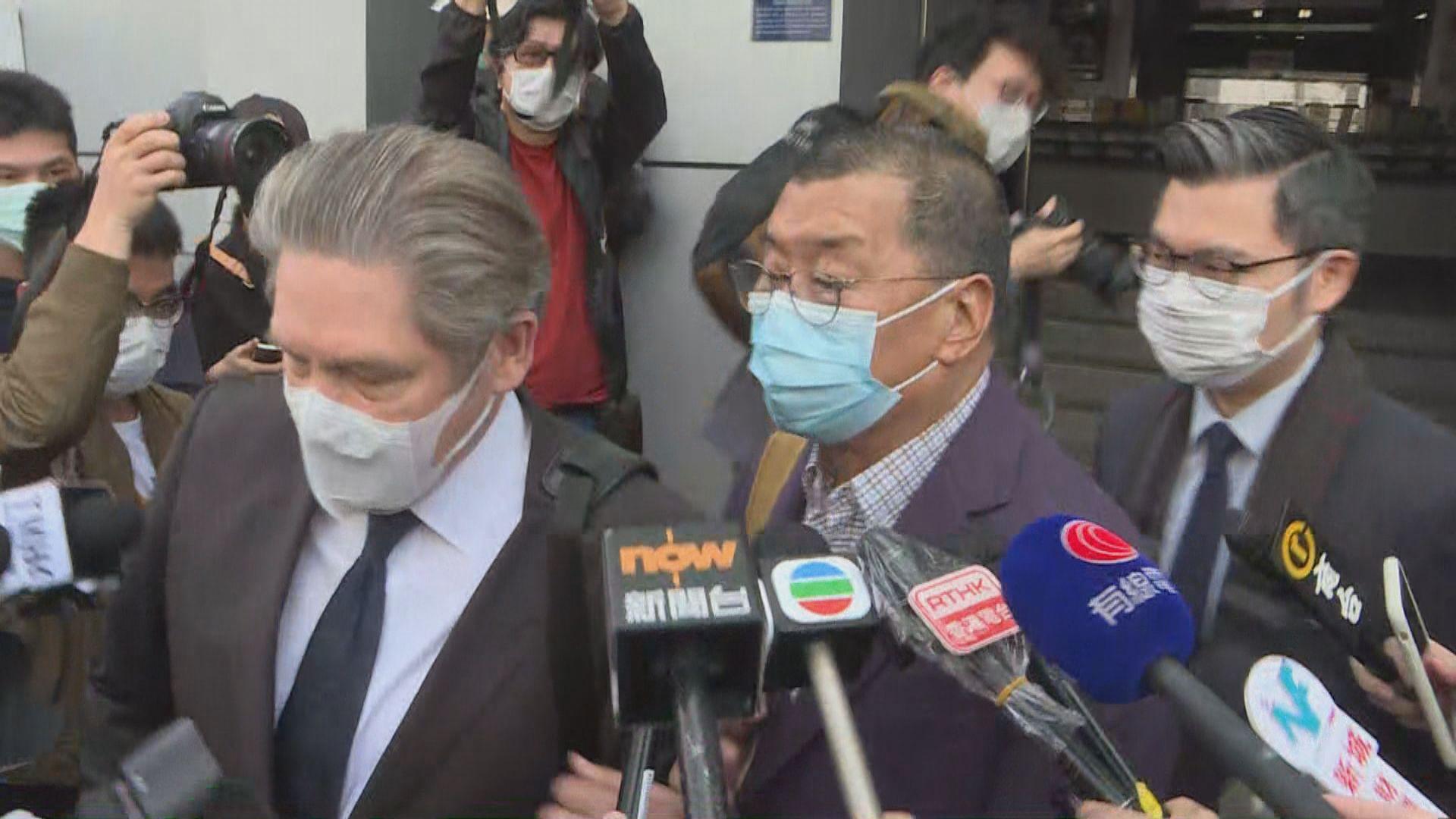 黎智英十二時多獲准保釋 律師陪同下離開九龍城警署