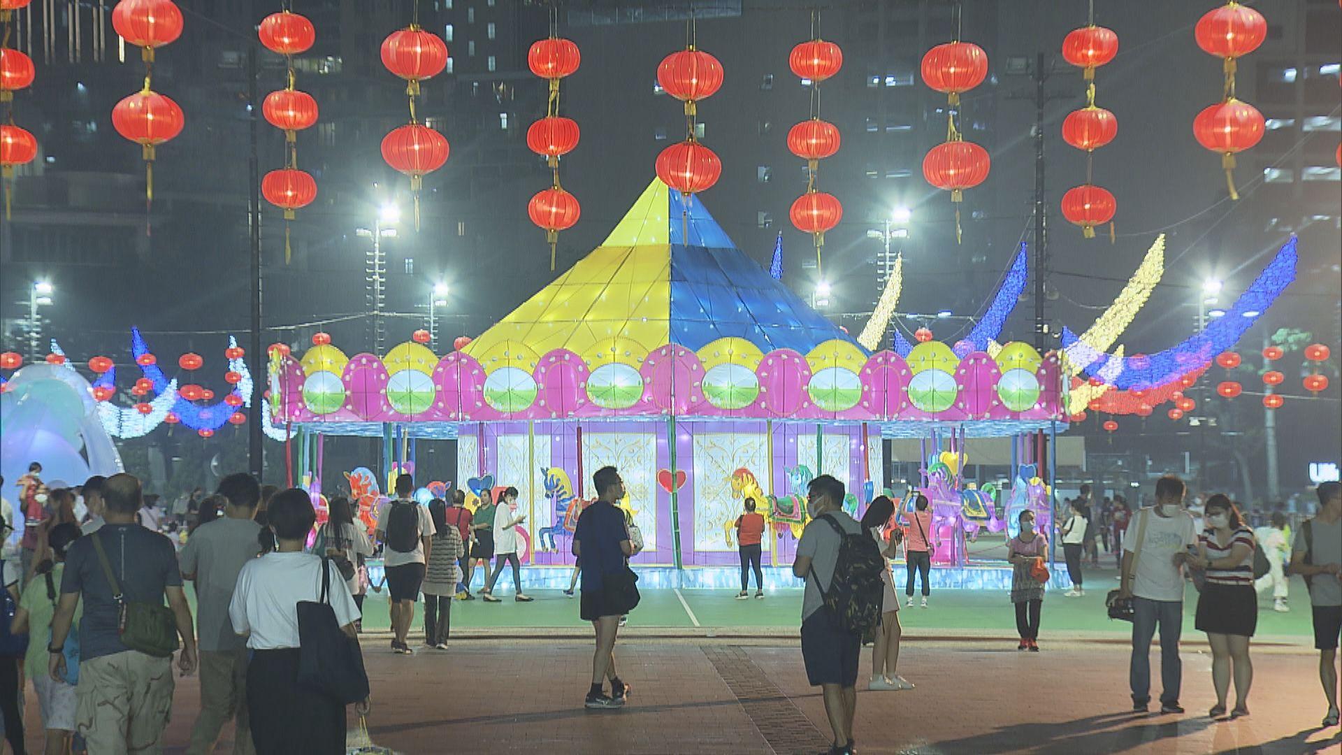 維園中秋燈飾亮燈 展出大型迴旋木馬燈飾