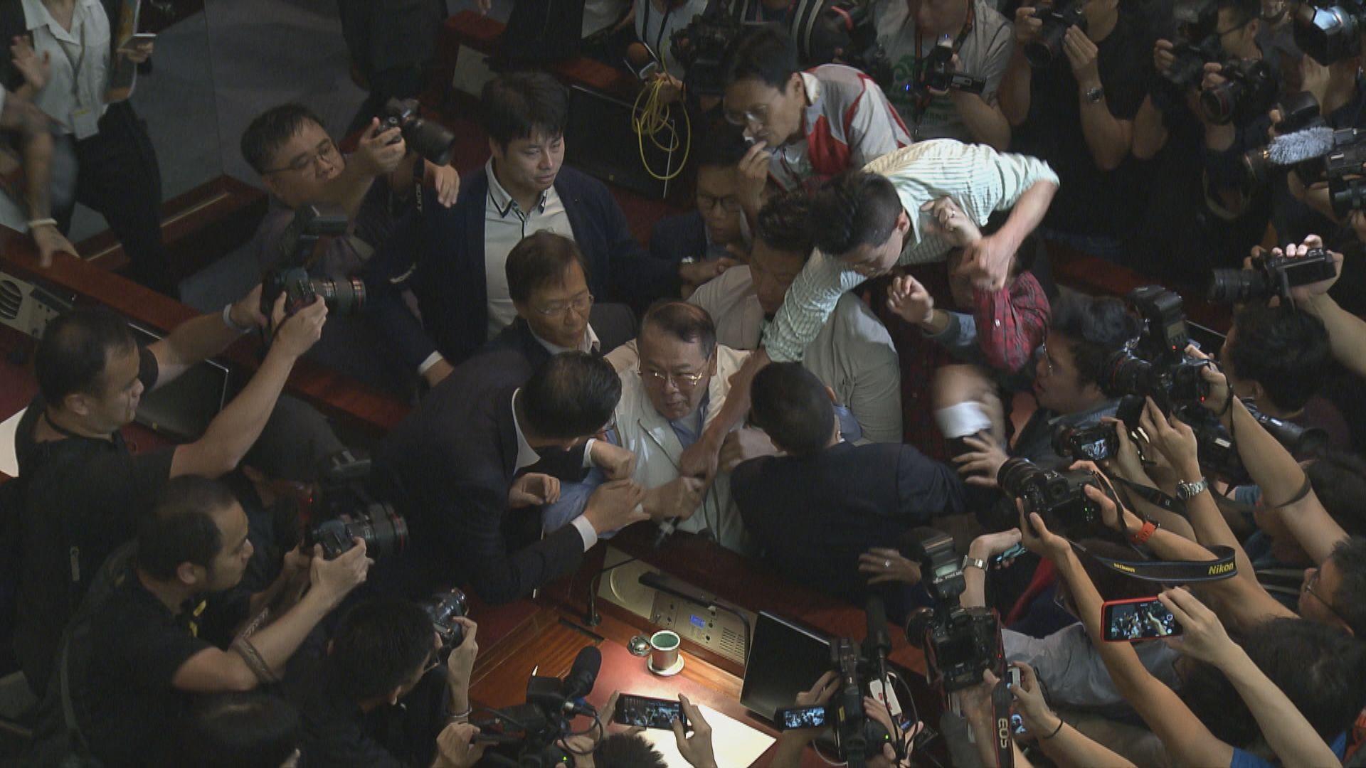 民主派議員涉阻石禮謙主持逃犯條例會議被捕