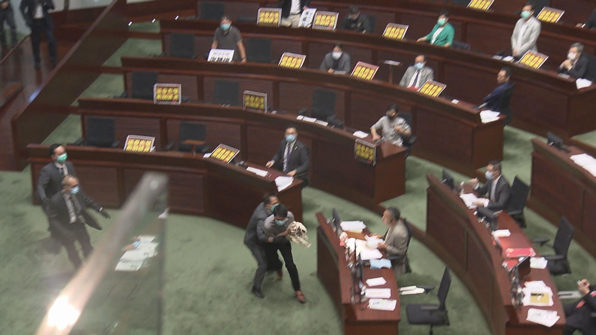 三前議員審議國歌法期間擲臭水被捕 涉違特權法