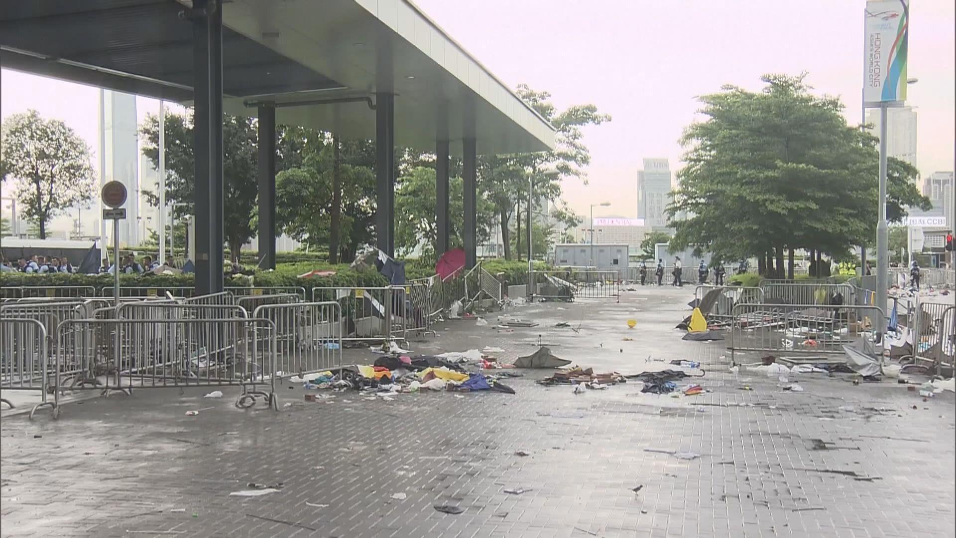示威者得悉立法會今不舉行會議後散去