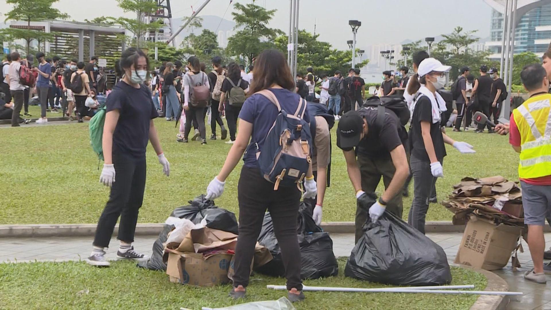 市民自發到添馬公園回收垃圾