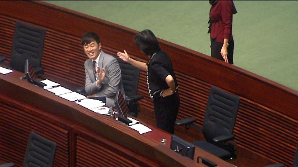 委員會:鄭松泰倒插國區旗涉違反誓言應予譴責