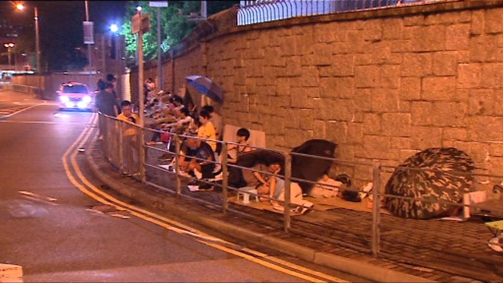有市民通宵排隊領取遼寧號參觀券