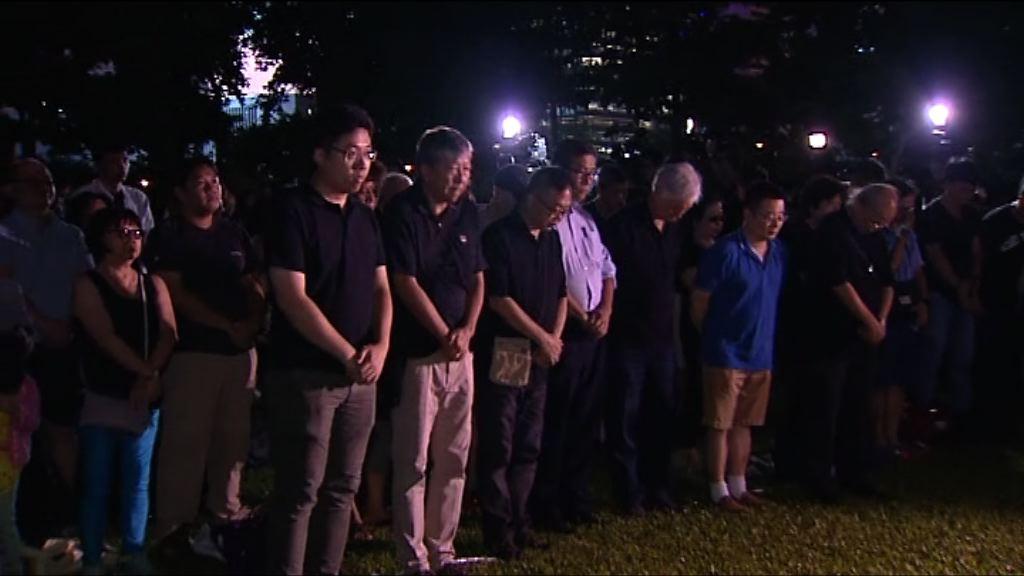 支聯會舉行劉曉波追思會 市民在弔唁冊簽名