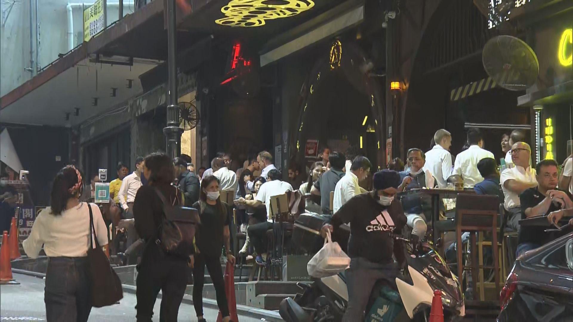 酒吧有條件復業第二日 不少人到蘭桂坊消遣