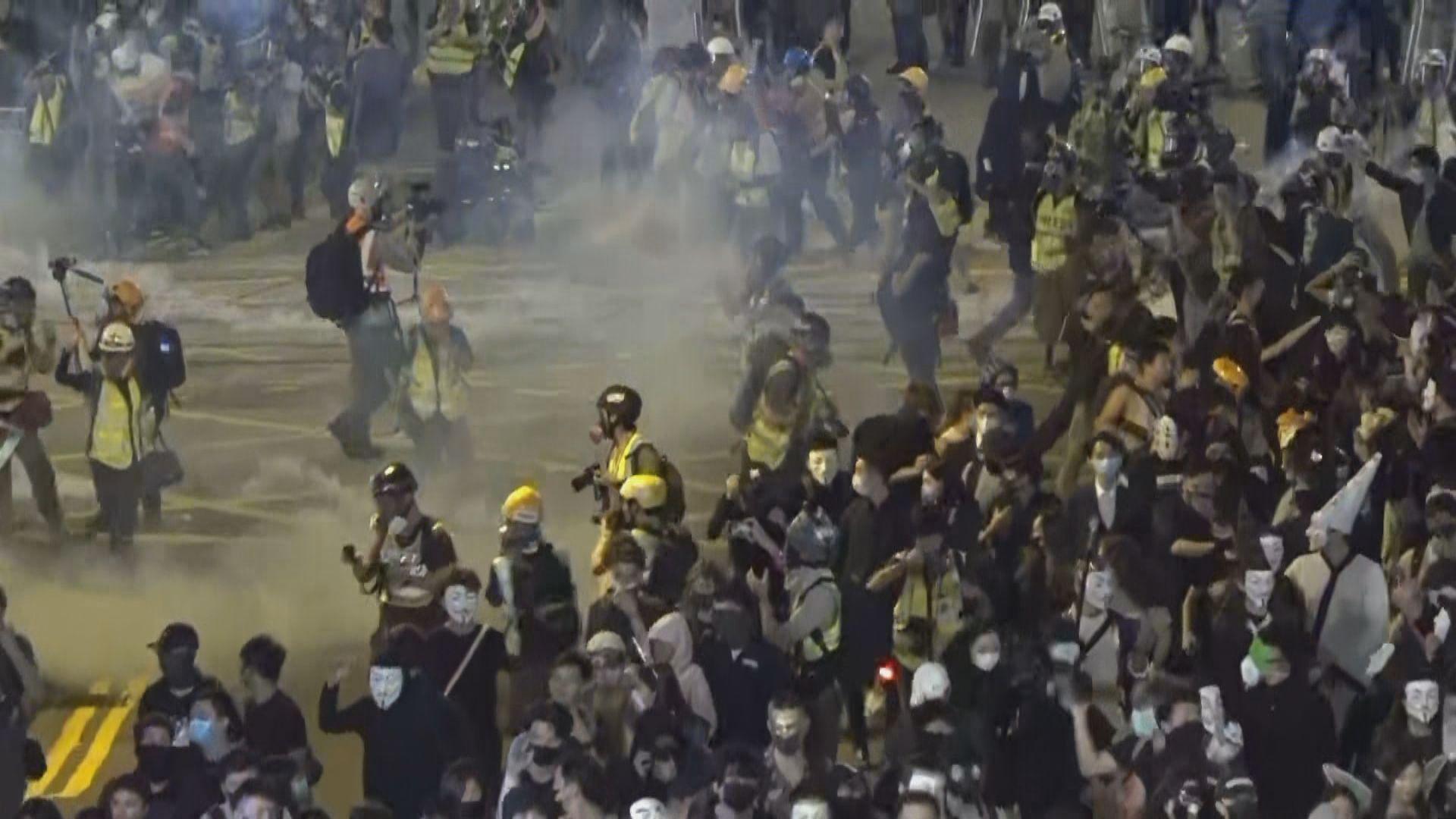 警方晚上在蘭桂坊施放催淚彈驅散群眾