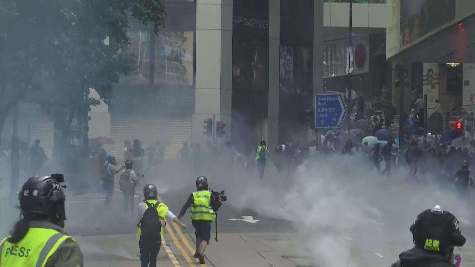 警方中環施放催淚彈及開防暴槍驅散示威者