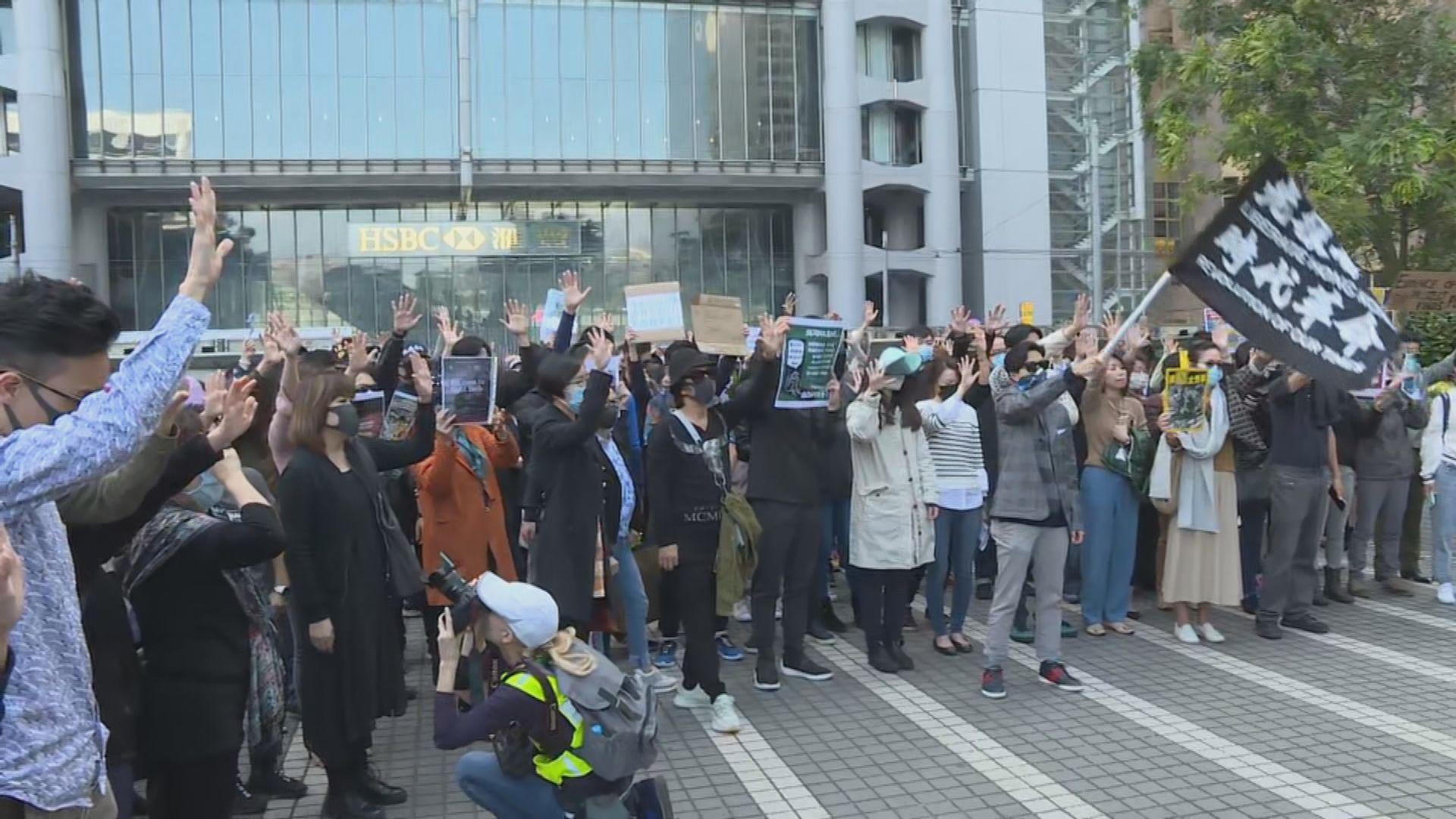 中環午飯時間有人聚集 抗議警拘星火同盟成員