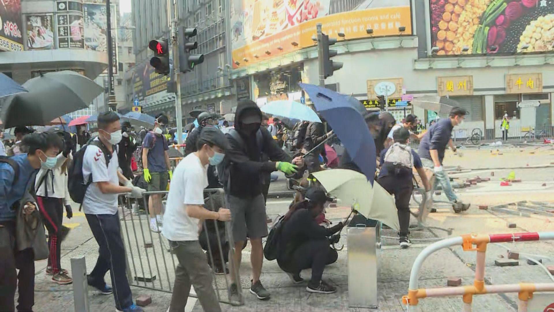 人群尖沙咀聚集 在漆咸道南與警察對峙