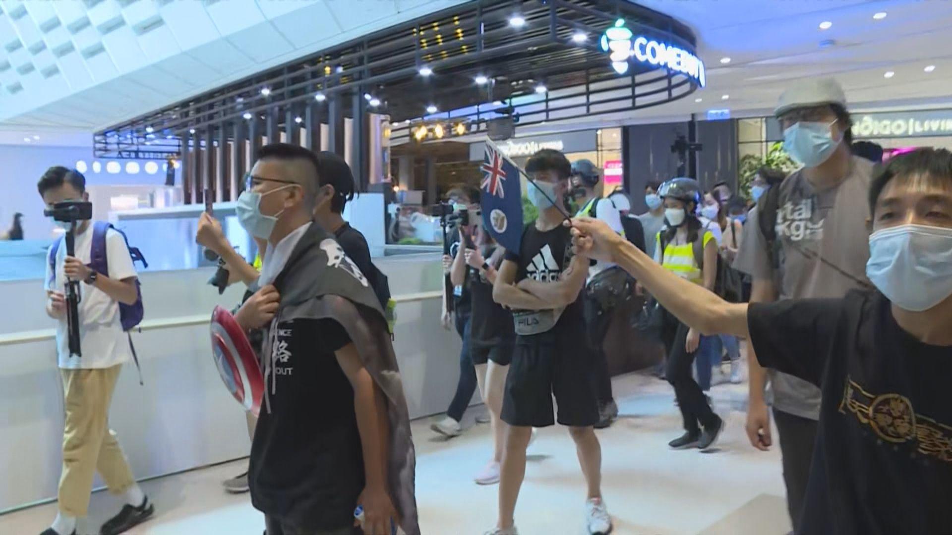網民發起元朗形點商場閒逛 防暴警進入商場巡邏