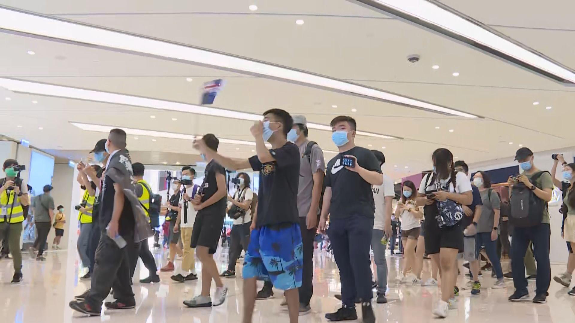 網民發起到元朗形點商場 警員共拘捕十三人