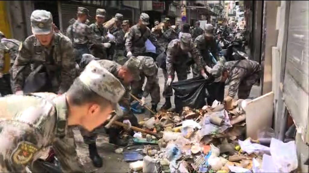 澳門解放軍協助救災 清理街道