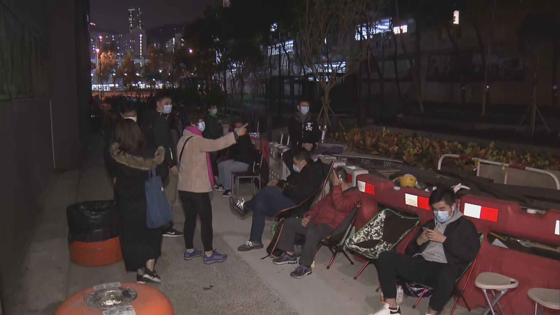 大批市民九龍灣通宵排隊買口罩
