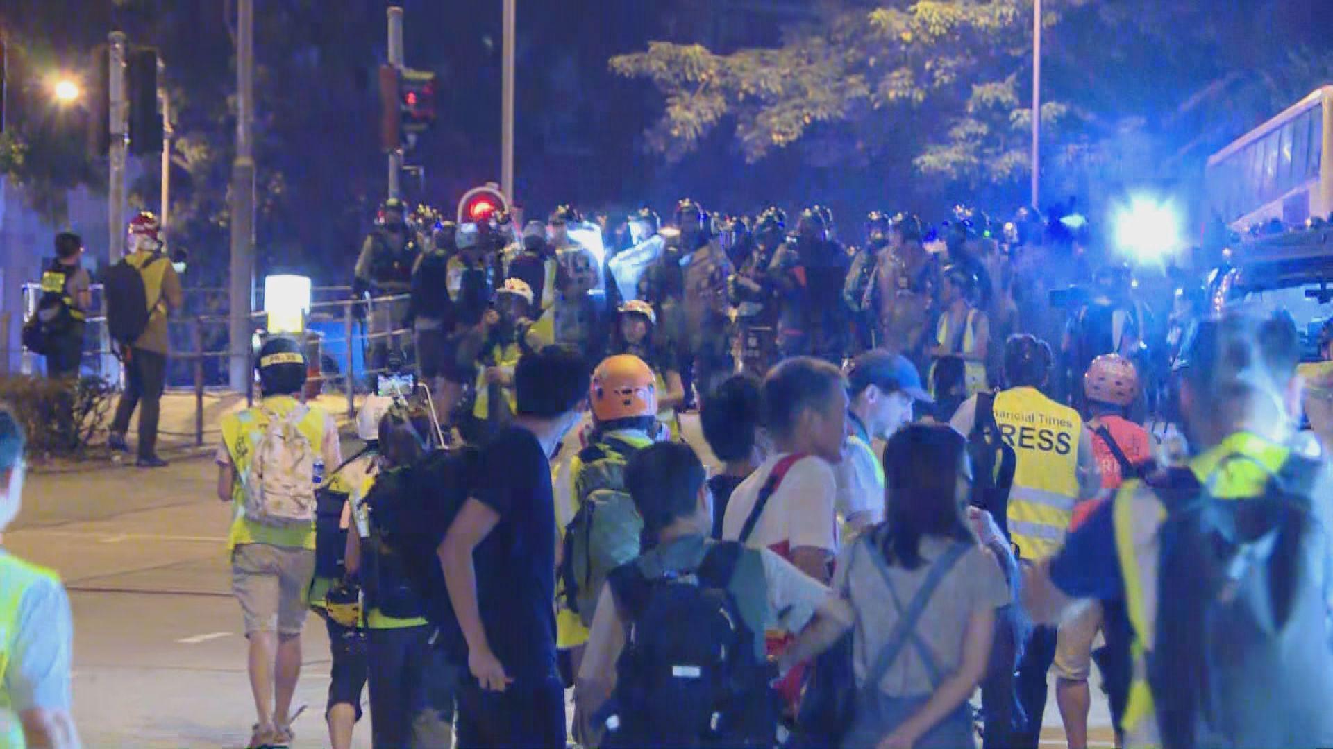 伊館外有市民走出馬路 防暴警戒備
