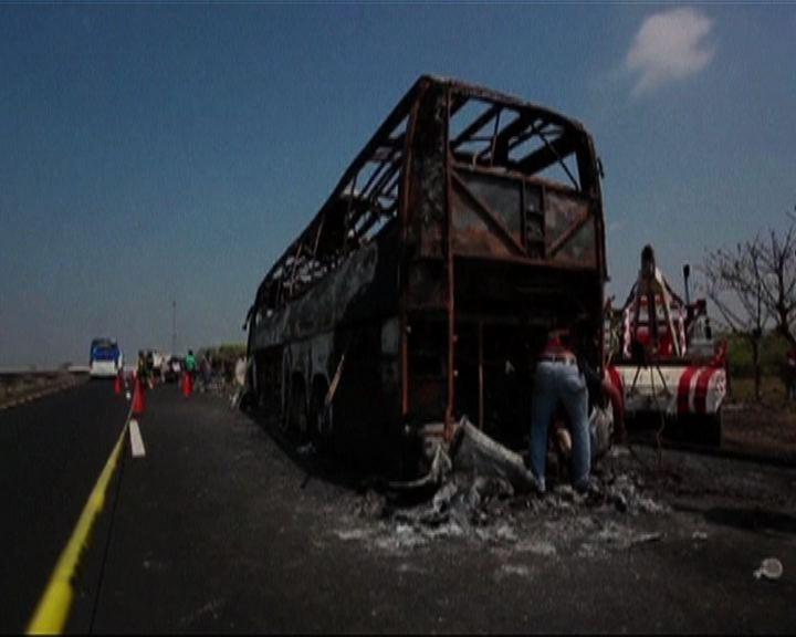 墨西哥巴士撞貨車起火釀36死