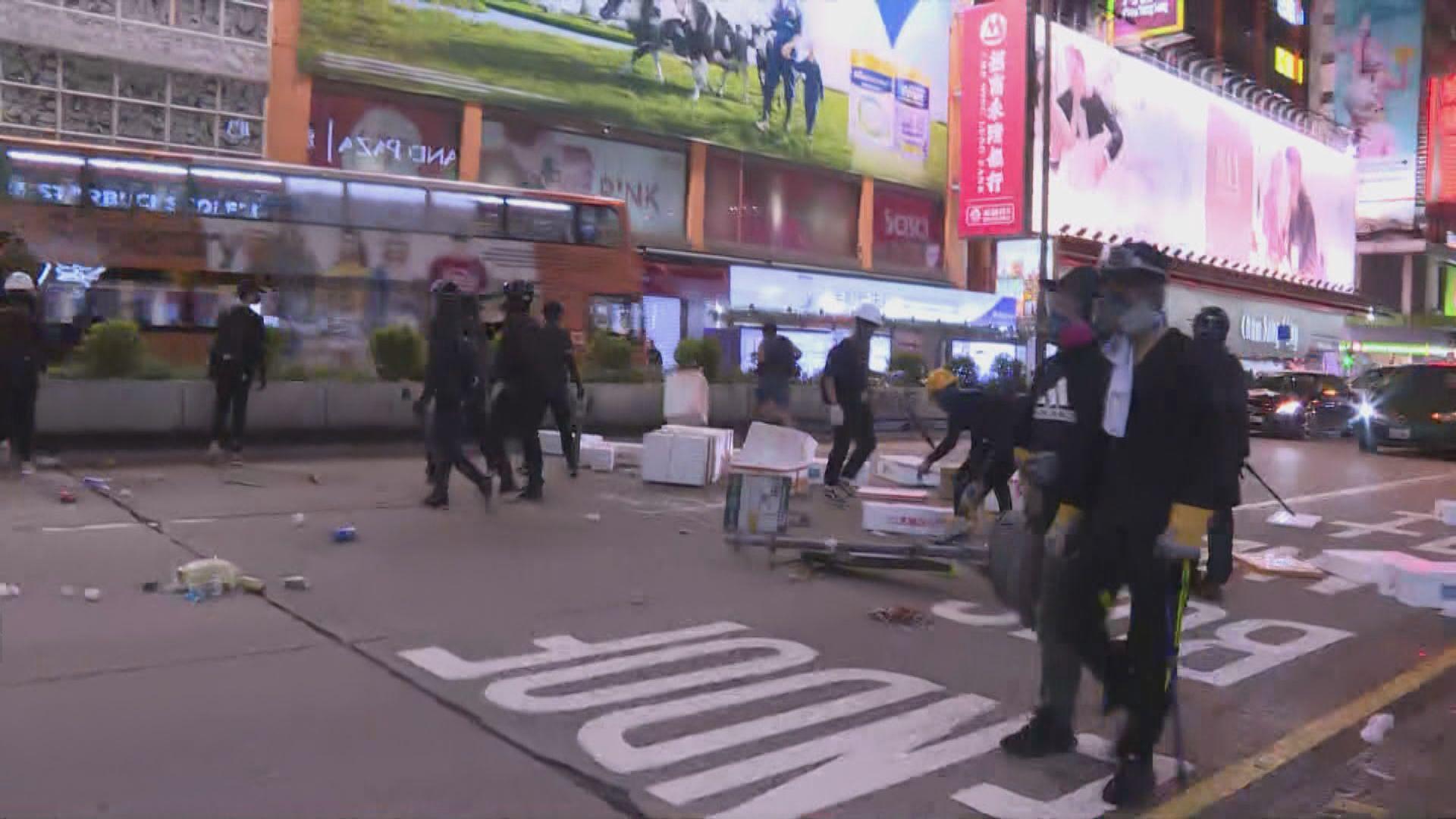 旺角示威者設路障堵塞彌敦道