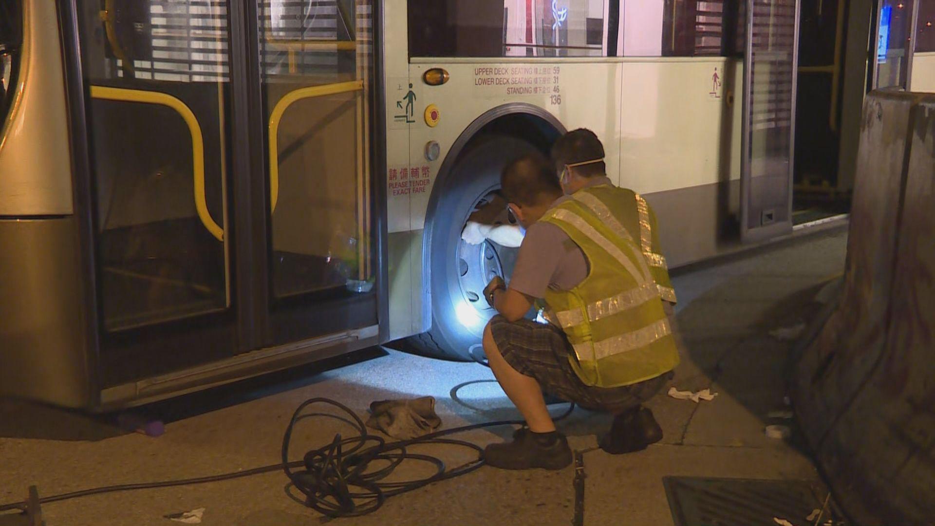 巴士職員凌晨在旺角修理被破壞巴士