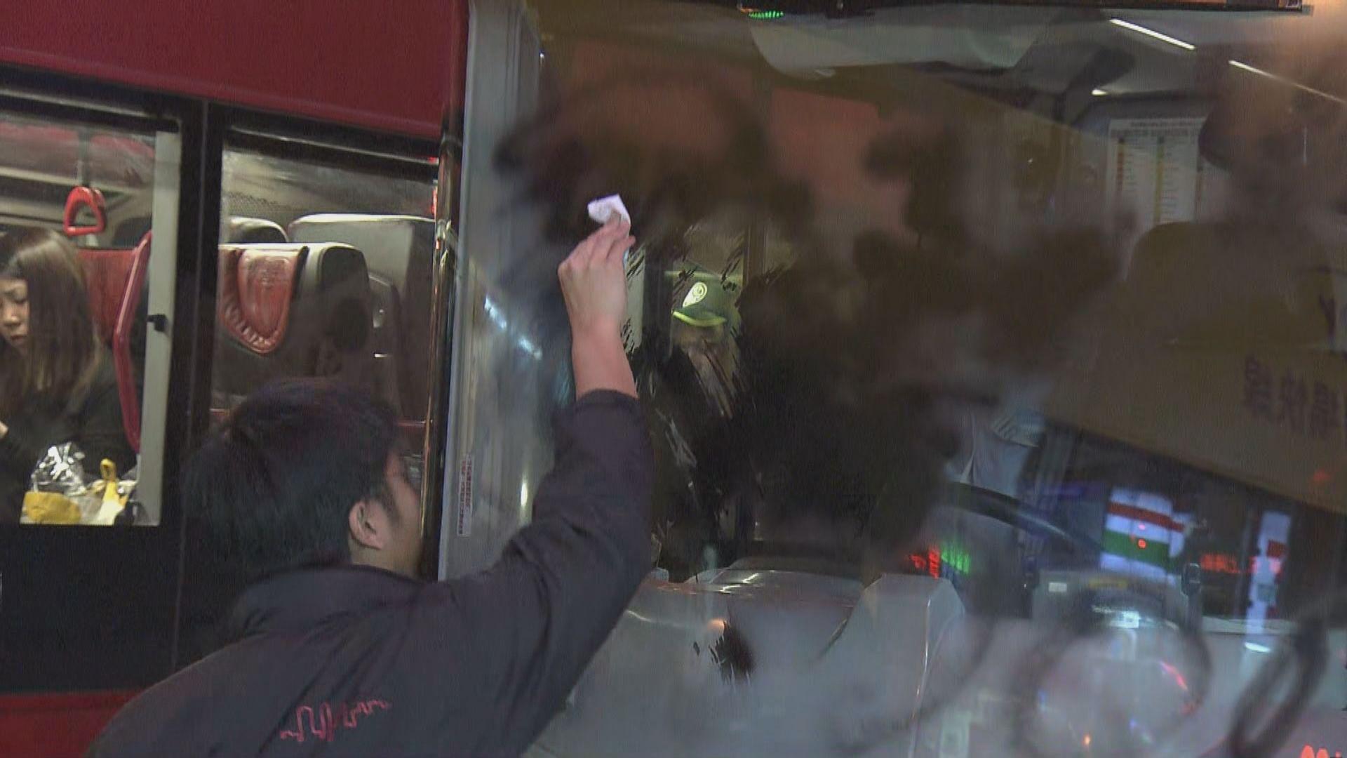 旺角佐敦多輛巴士擋風玻璃被人用噴漆塗污