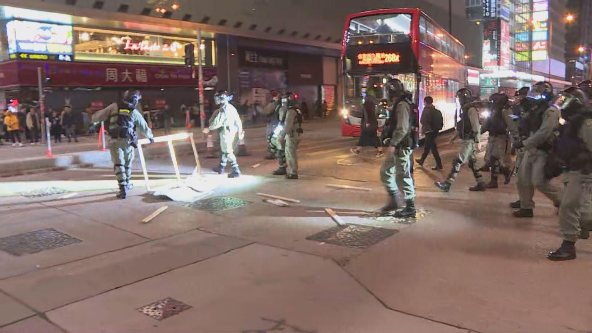 旺角佐敦有人用卡板堵塞彌敦道 防暴到場清走路障