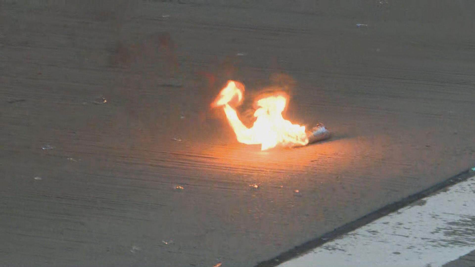警方在旺角清場 示威者一度投擲疑似汽油彈