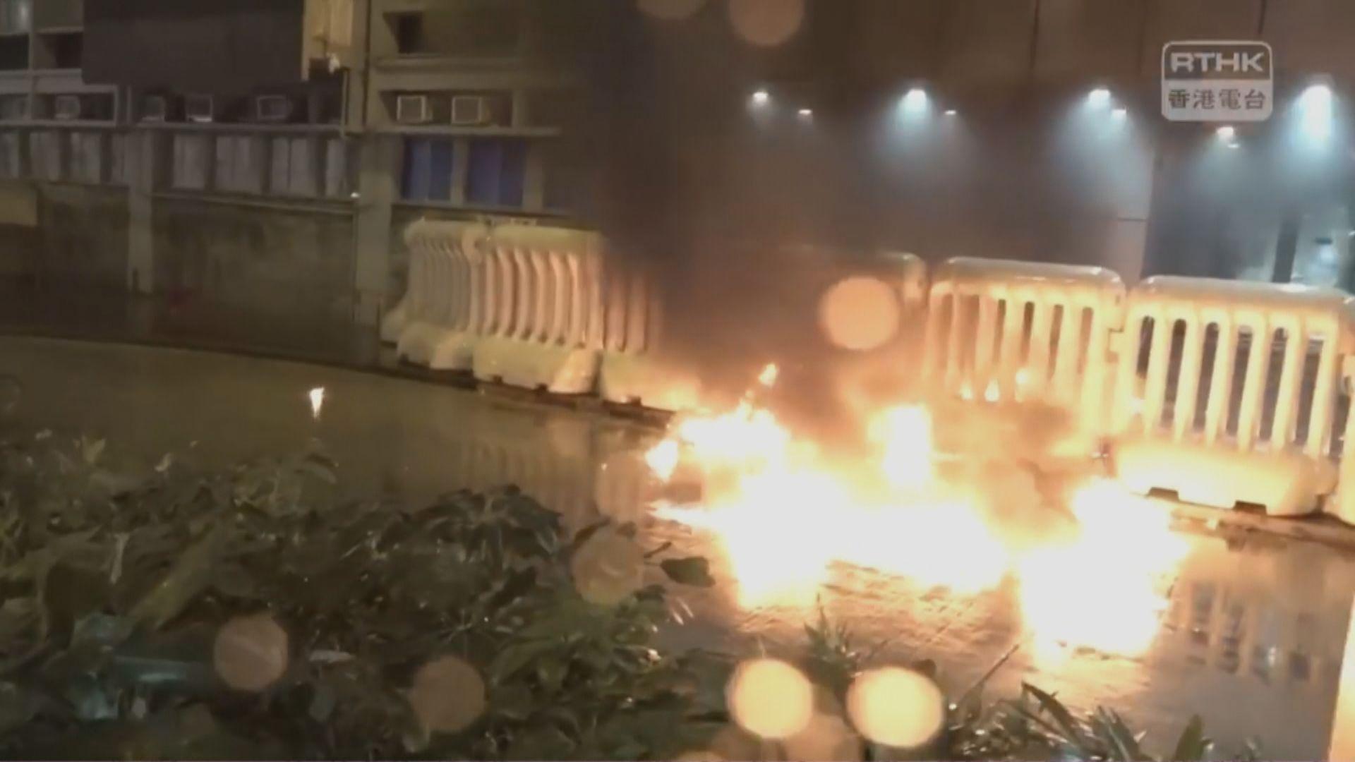 示威者旺角警署投擲多枚汽油彈