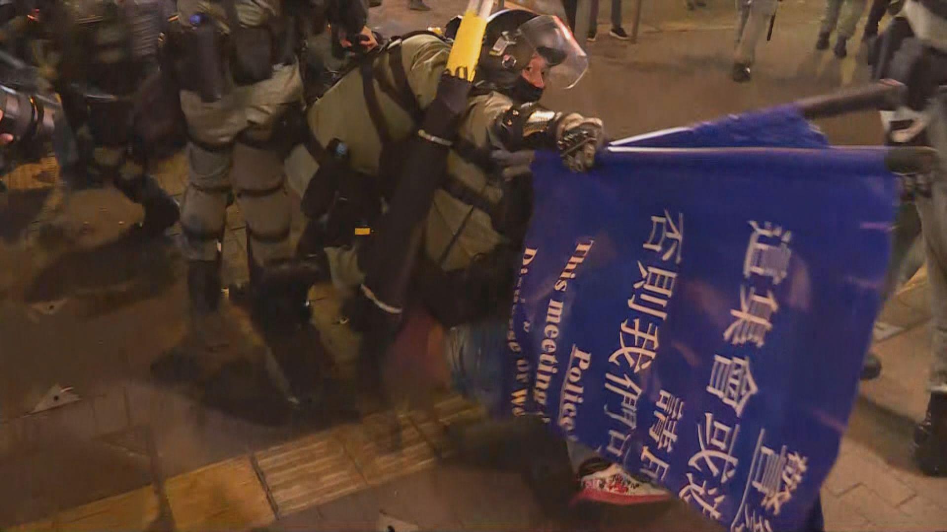 警方入夜後多次在旺角驅散人群 制服多人