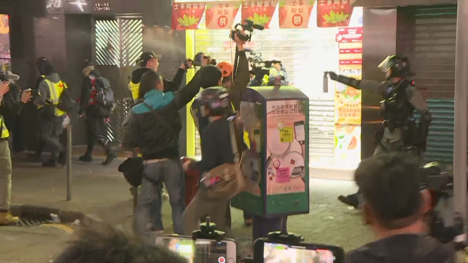 防暴警旺角施放胡椒噴霧 在場採訪記者被噴中