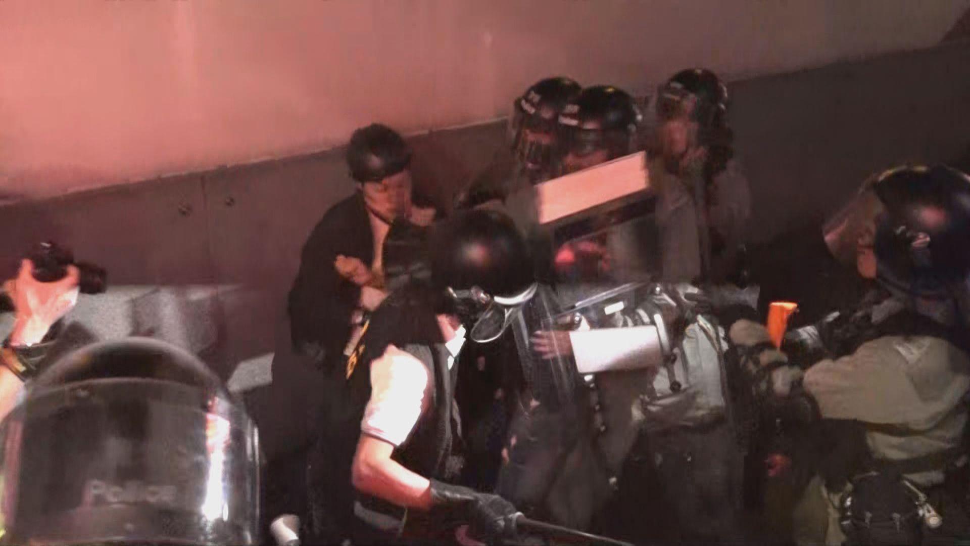 防暴警察出動驅趕在旺角警署外聚集人士