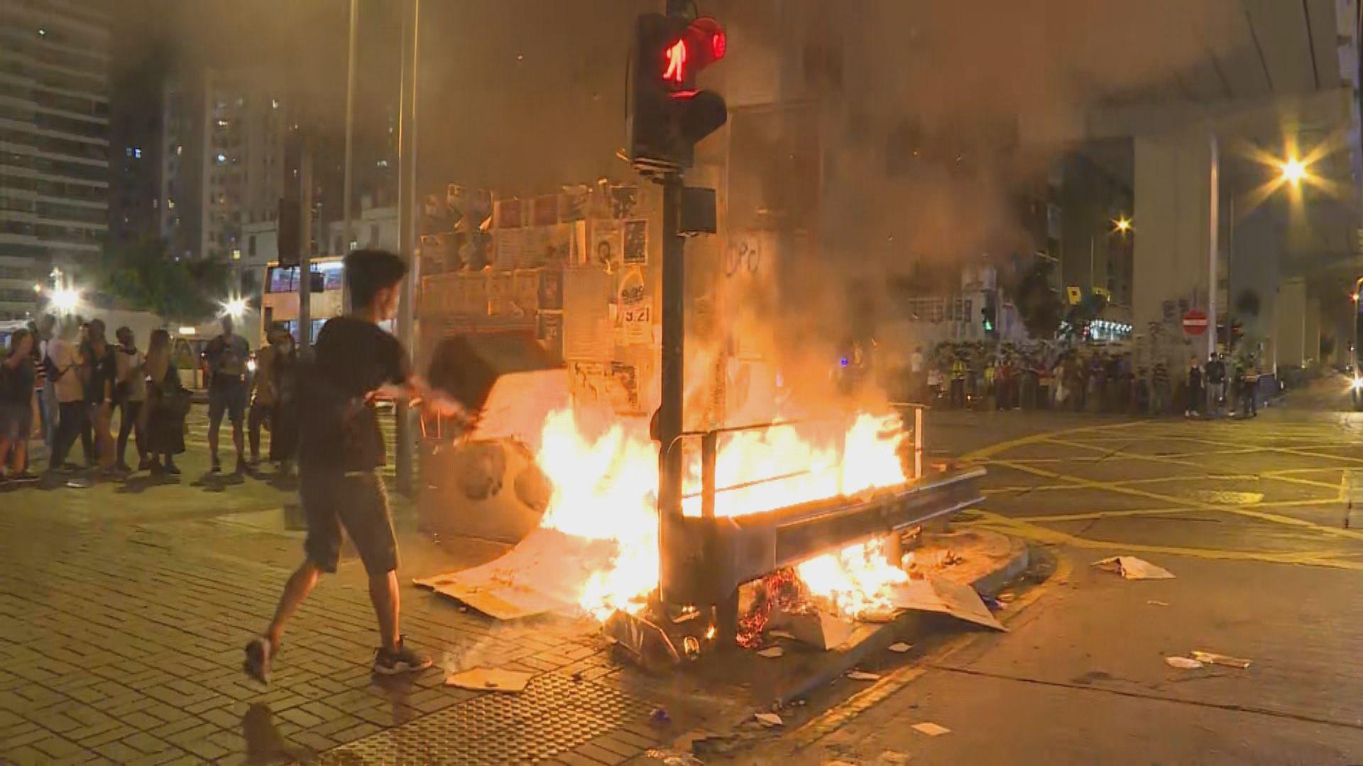 旺角警署外有人焚燒雜物 防暴警到場布防