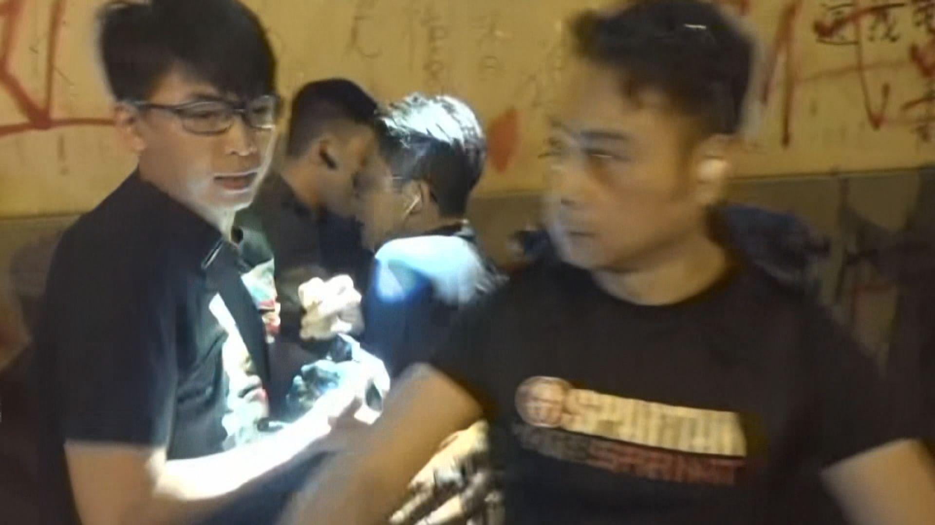 三人自稱警員拘捕旺角警署外集結人士