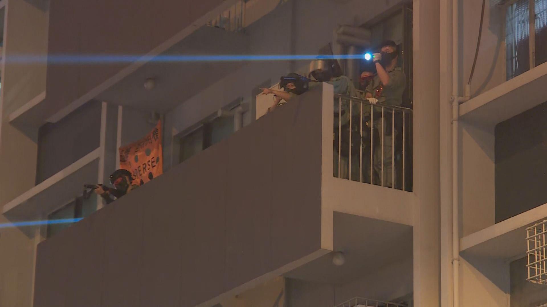 警方在旺角警署發射布袋彈及橡膠子彈