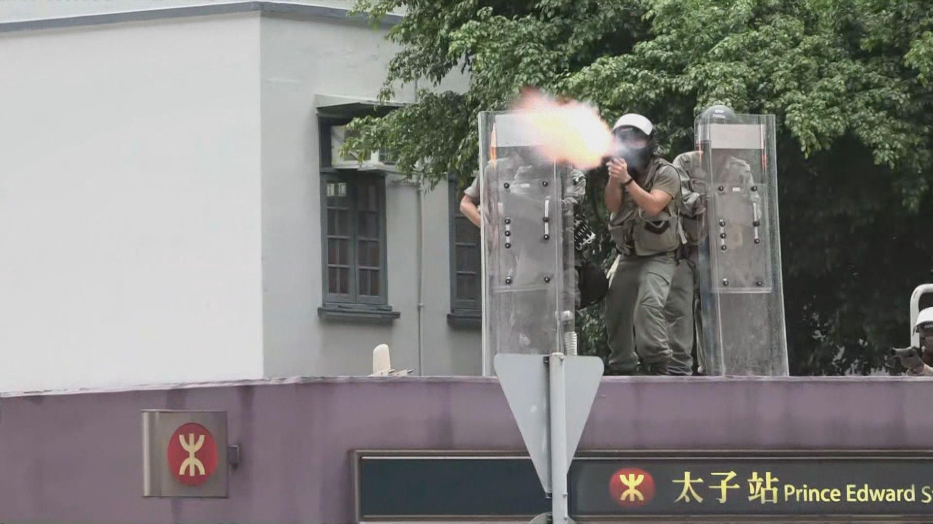 示威者旺角警署外堵路警放催淚彈