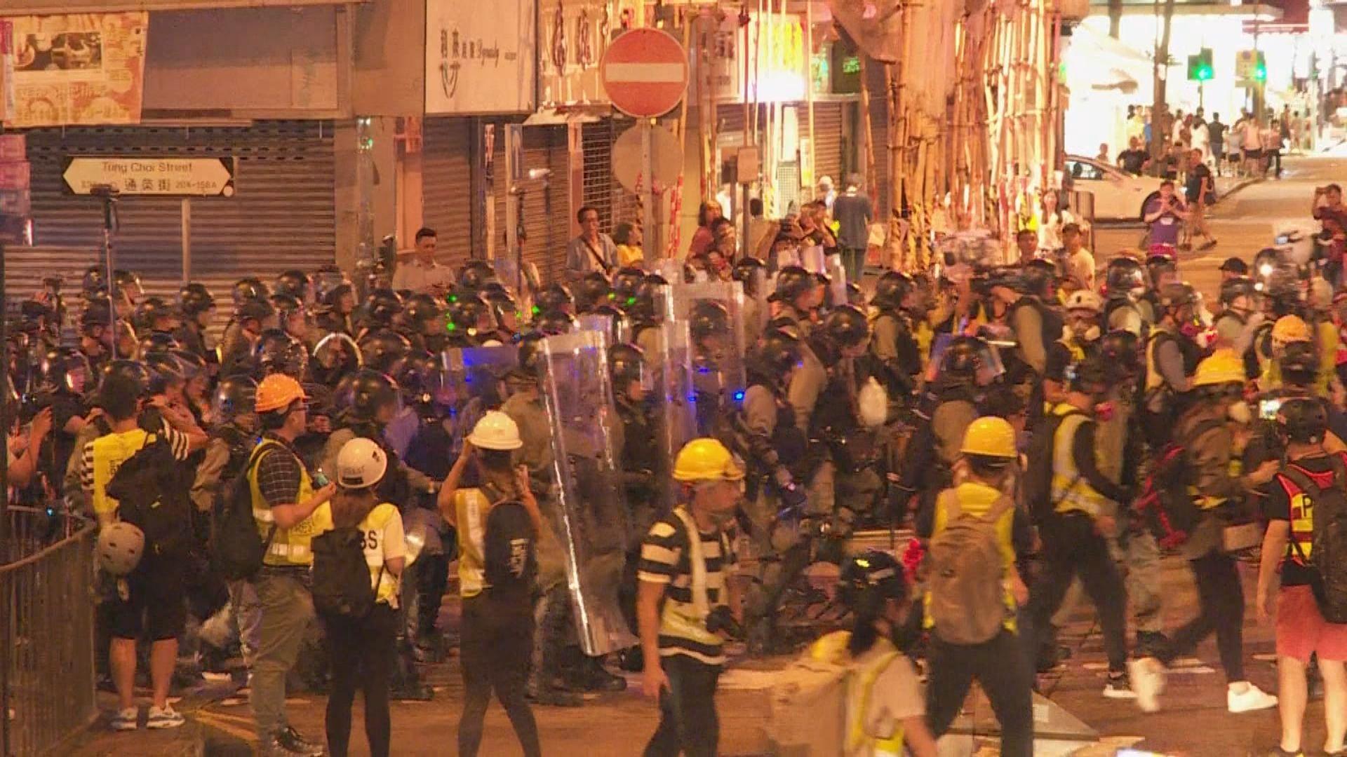 示威者旺角警署外聚集 警方晚上驅散
